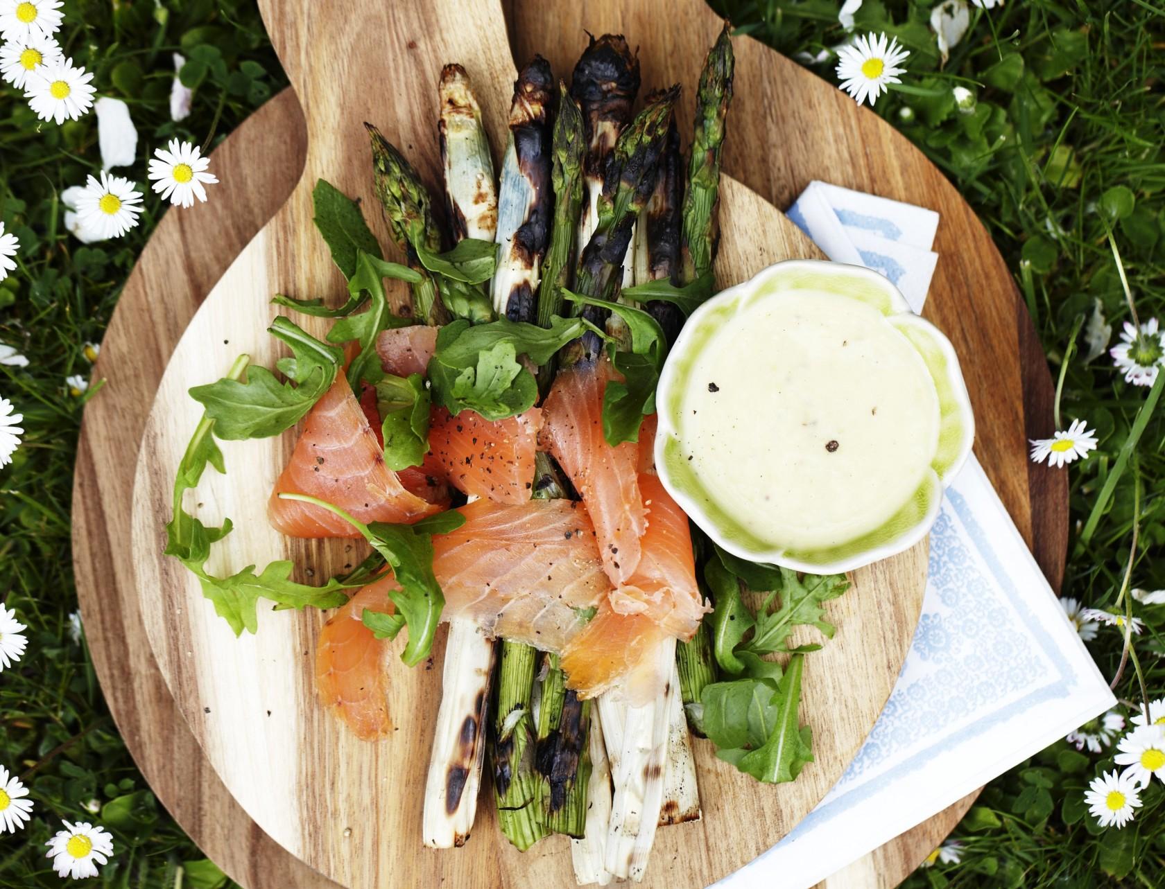 forret: Grillede asparges med røget laks
