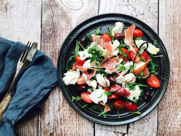 forret: Salat med serranoskinke og mozerella